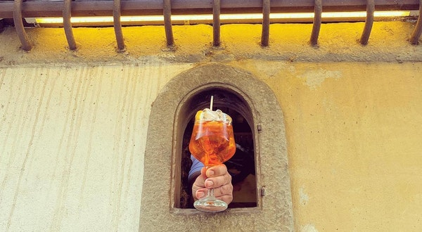 """Italy's Plague-Era """"Wine Windows"""" Return for Pandemic-Proof Drink Service"""
