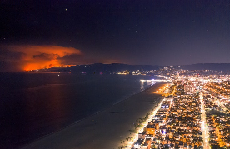 A view of the Woolsey Fire from Venice Beach, California