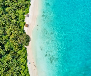 Can the Maldives and Caribbean Islands Encourage Tourism While Safeguarding the Environment?