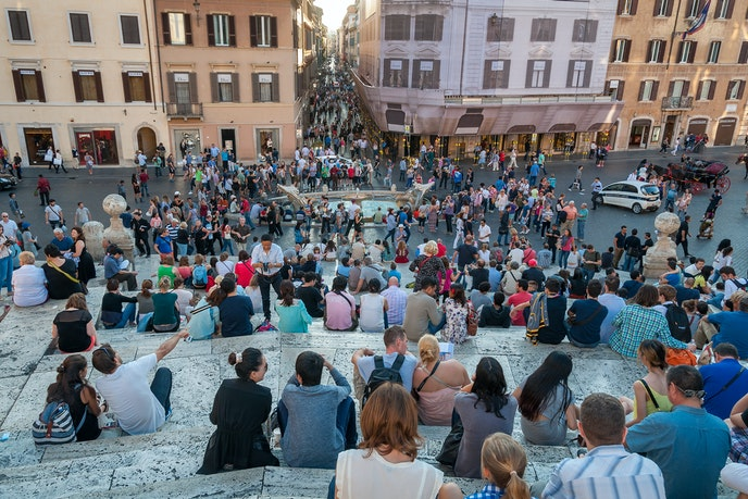 A photo from October 2013 shows crowds sitting on the Spanish Steps.