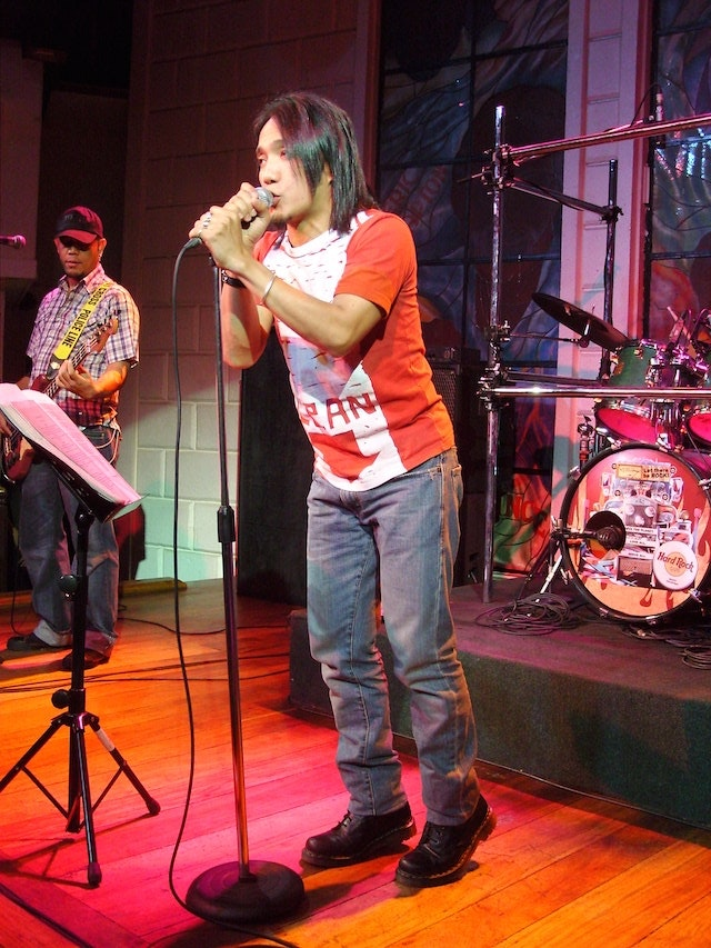 Arnel Pineda performing with The Zoo (before fronting Journey)