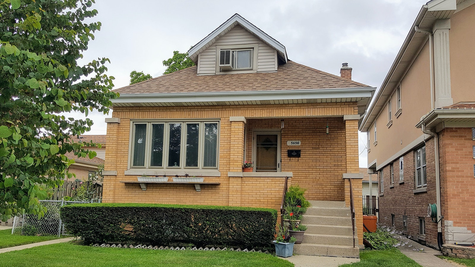 Bunk down in this no-frills but clean and affordable home set within minutes of Chicago O'Hare.