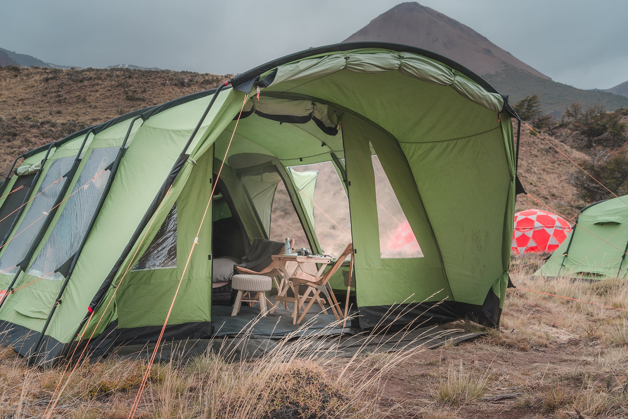 The tents at the Outpost Elqui event are fully furnished for a comfortable camping experience.