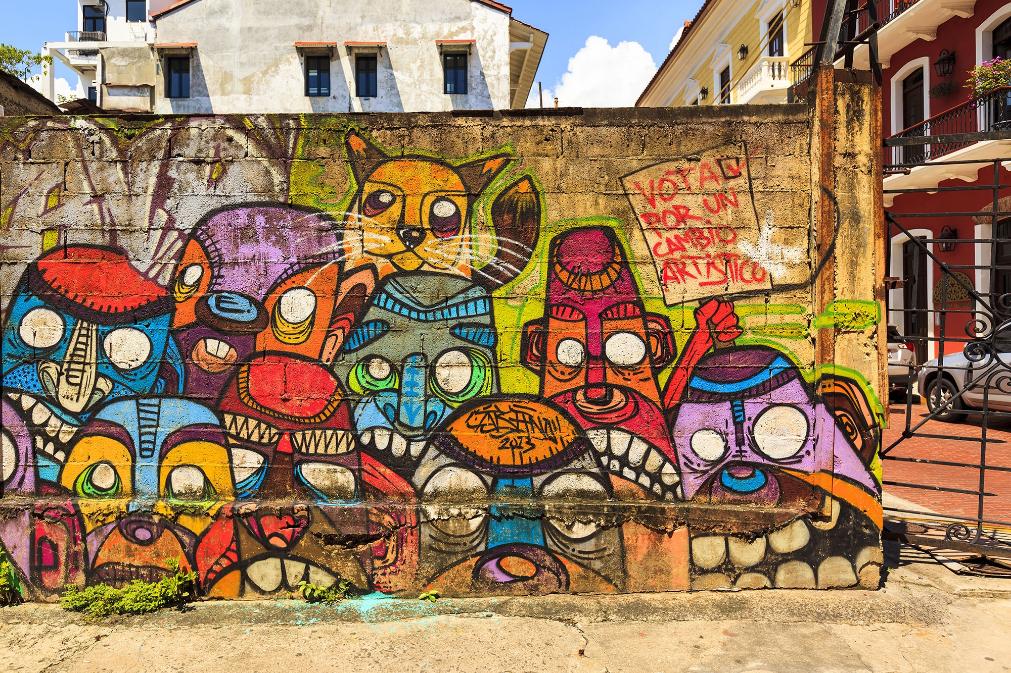 """A mural in Panama City's Casco Viejo calls for an """"artistic change,"""" possibly a protest against the city's anti-graffiti laws."""