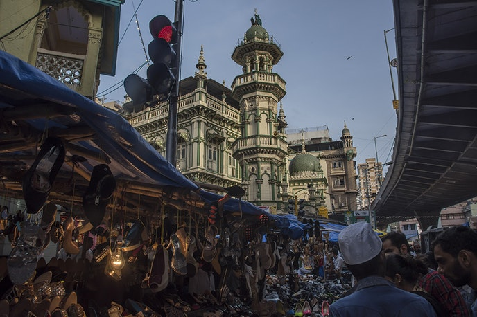 Mumbai offers both high-end shopping opportunities and bazaars, which feature antique treasures and jewelry, among other finds.