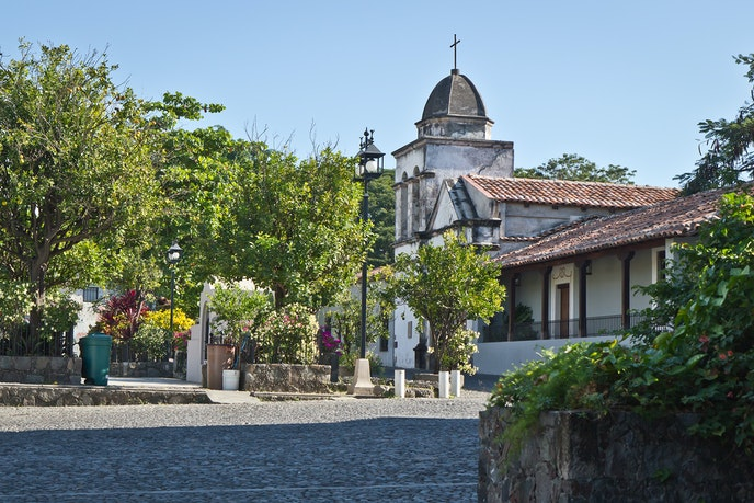 Famous local painter Alejandro Rangel Hidalgo found inspiration in Colima, and his estate is now a museum in the town of Comala.
