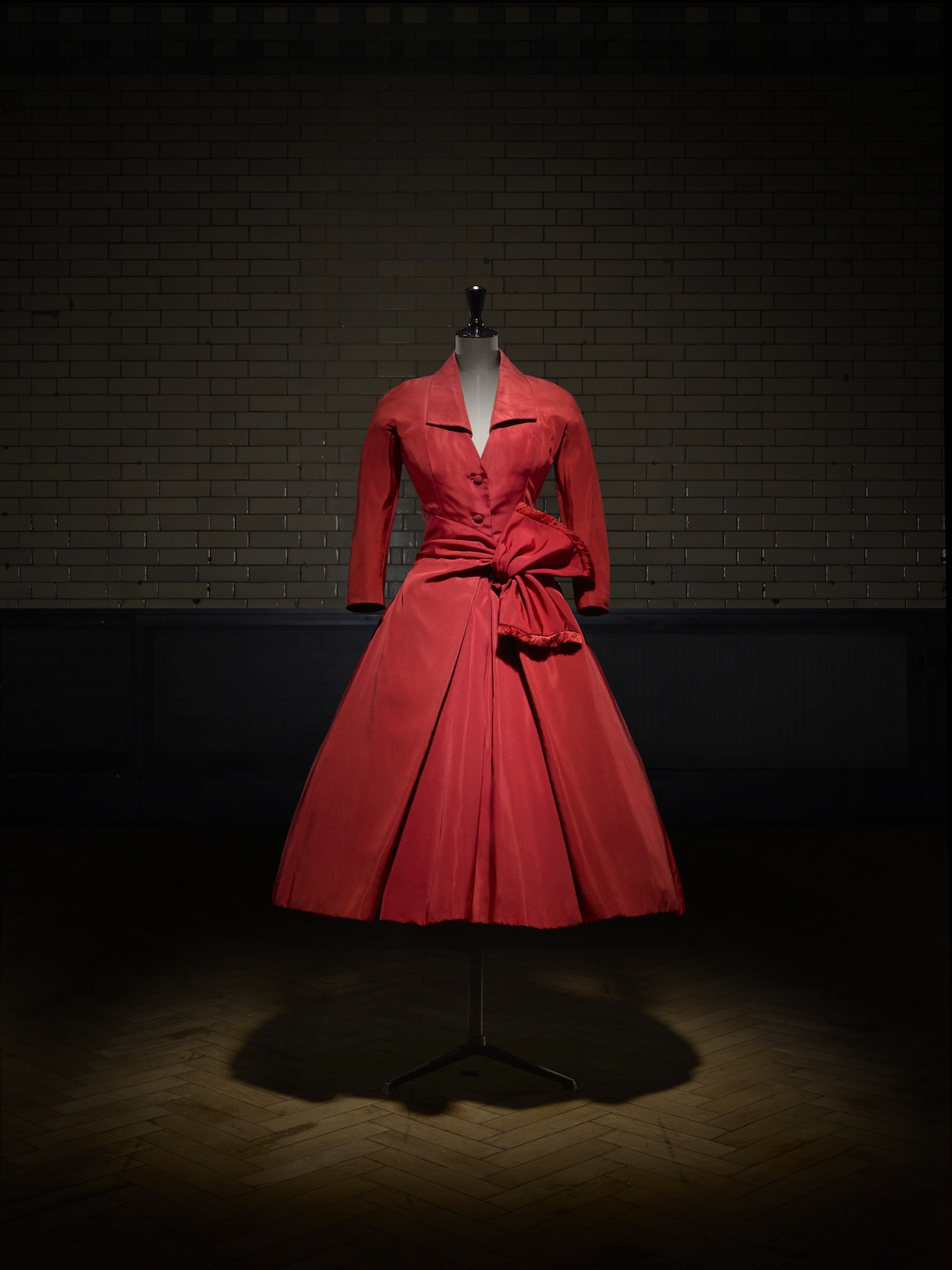 Écarlate afternoon dress, Autumn-Winter 1955, Christian Dior Haute Couture collection.