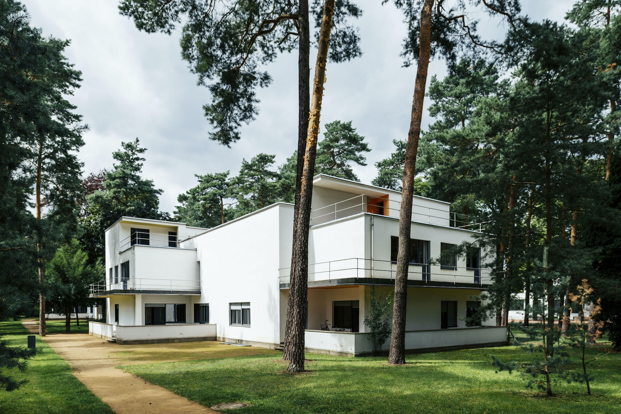 Guided tours of the Masters' Houses in Dessau will be offered in German and English.