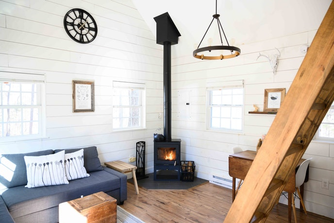 HGTV lovers will enjoy the farmhouse decor in this Virginia cabin.