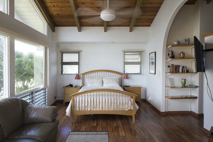 This cozy Airbnb is located within a short drive of many of Honolulu's best beaches and hiking spots.