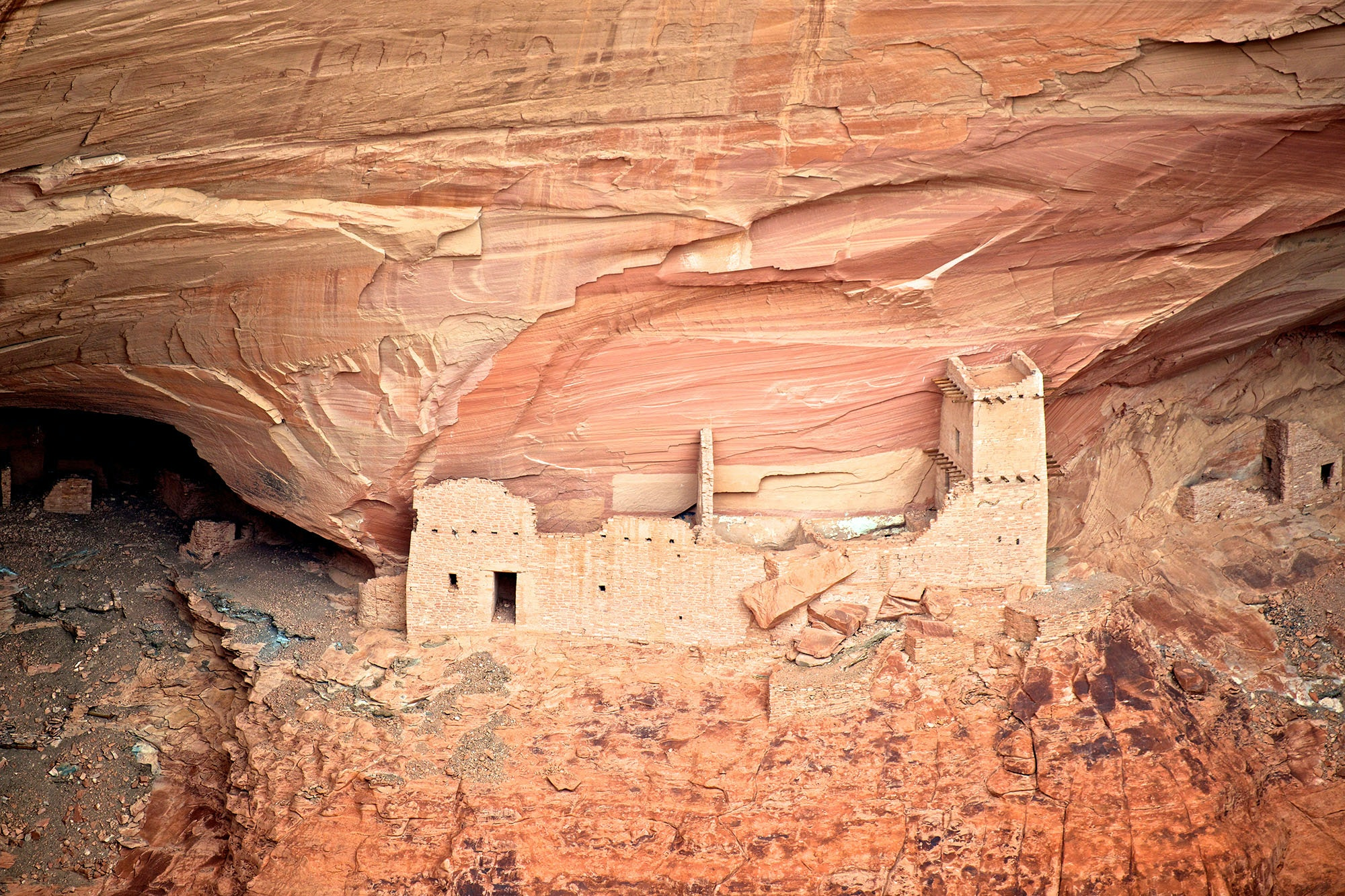 Mummy Cave is the largest ancient Puebloan village preserved in Canyon de Chelly, and is carved into the cliffside.