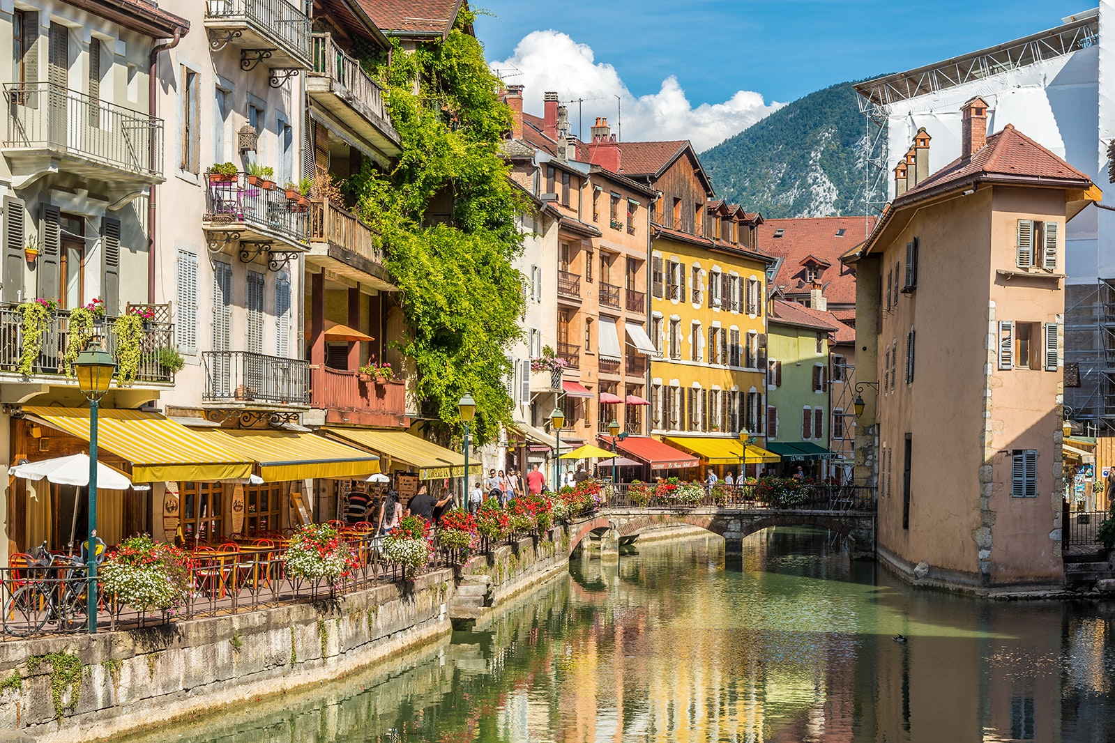 Summer is the ideal time to bask in the sun at one of the cafés along the canals of Annecy.