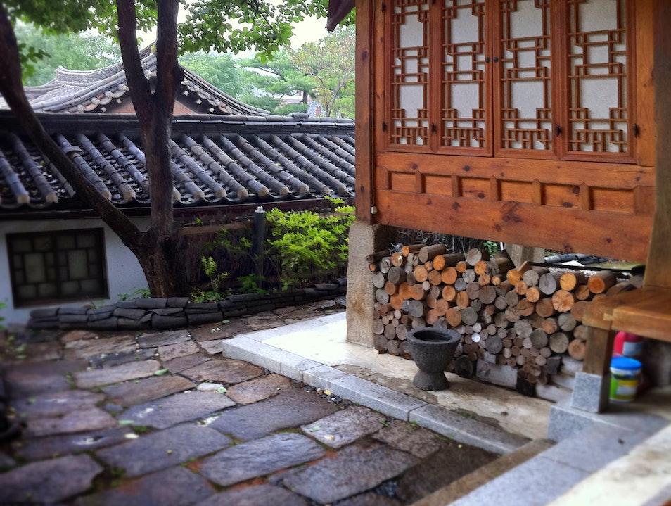 "Country-house in the city; stay in a ""sah-rahng-cheh"" in Seoul"