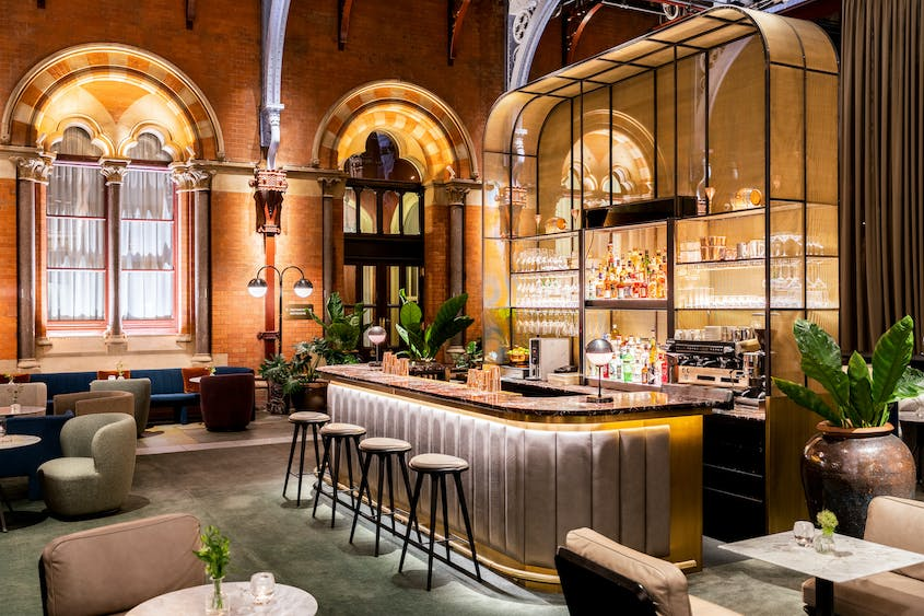 A London vacation rental through Marriott now includes discounted dinner and drinks at the St. Pancras Renaissance Hotel's Hansom Bar.