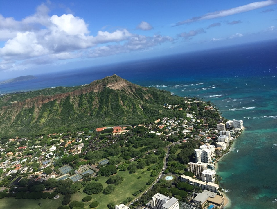 See the island of Oahu from a helicopter