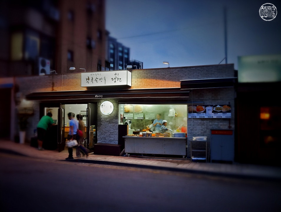 'Nighthawks' for dumplings and noodles