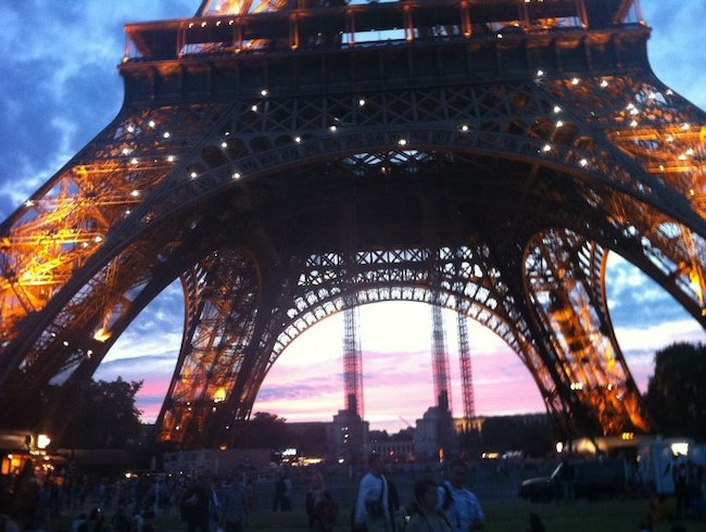 Catch dusk under the Eiffel Tower