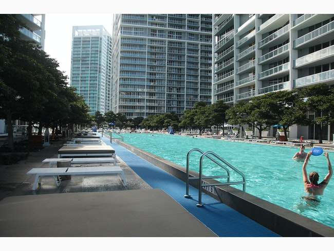 New App Allows Users To Use Hotel Amenities AFAR - This pool lets you swim over the edge of a 42 storey building