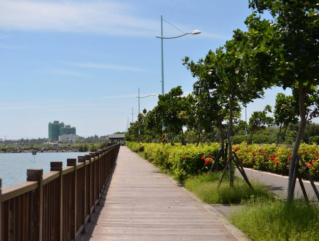 Cycling Along the Dapeng Round-the-Bay Bikeway