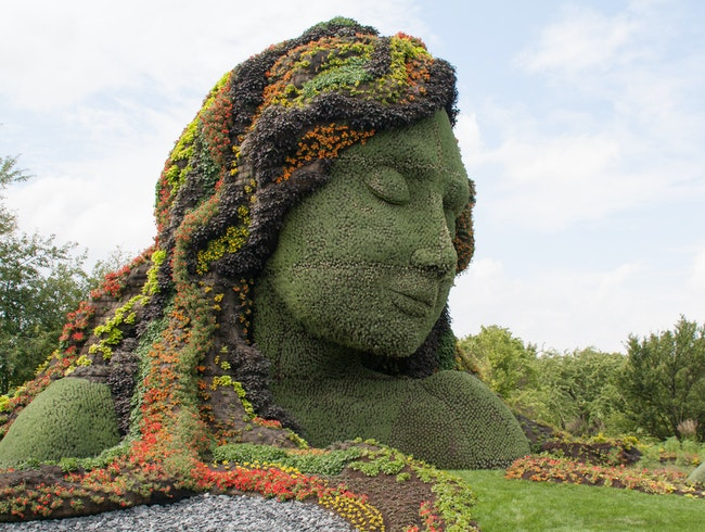 "Living Sculptures Enchant and Entertain in the ""Land of Hope"""