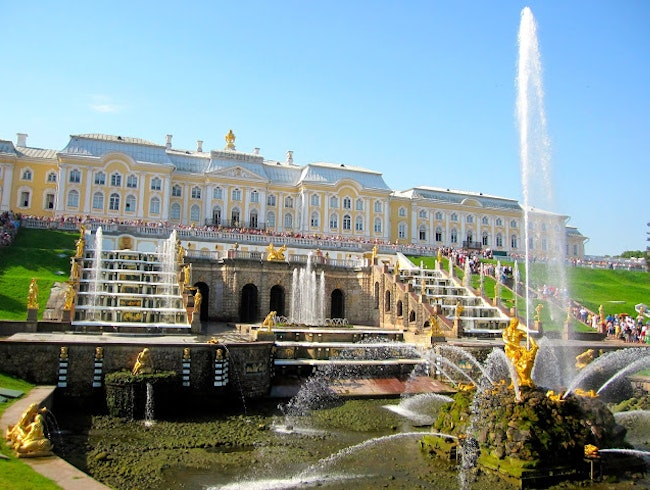 Peterhof: Russian Palace near St. Pete's