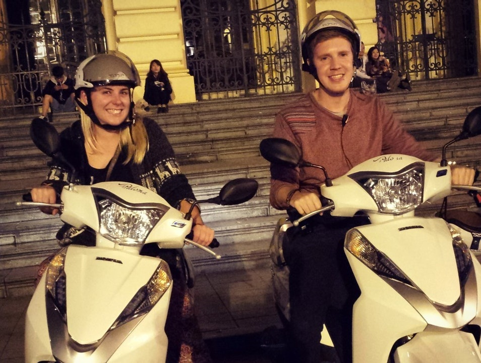 SHOWING  FOREIGNER TOURISTS AROUND HANOI BY MOTORBIKE TOURS