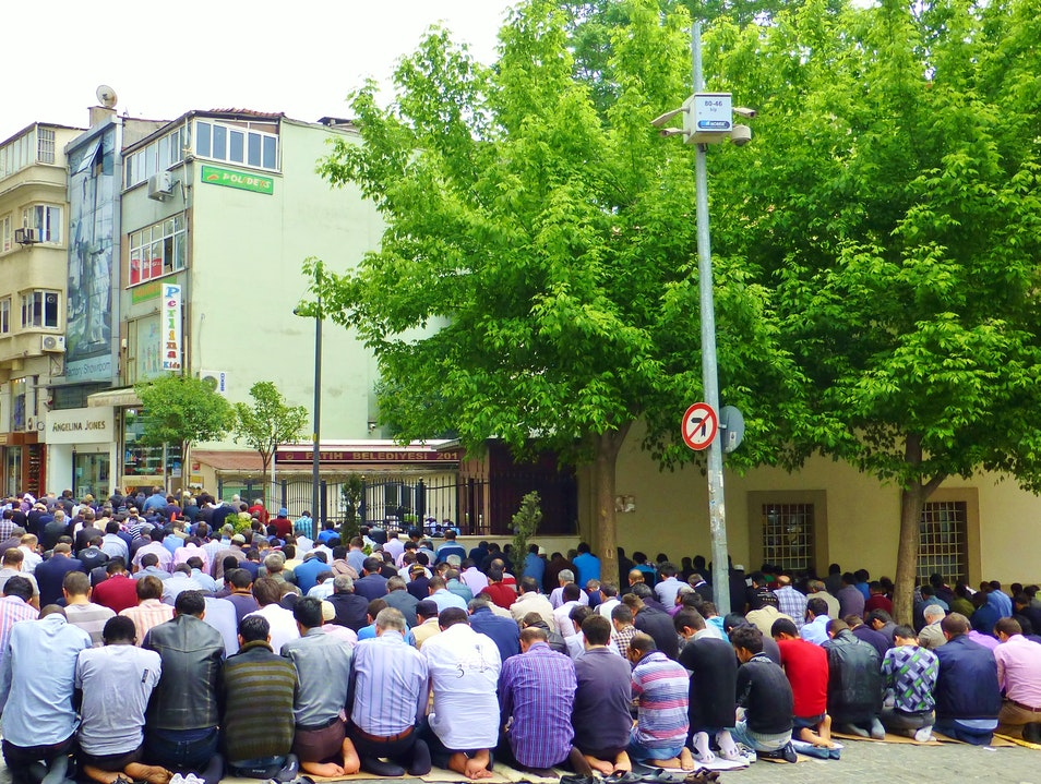 Friday Prayer pours into the streets