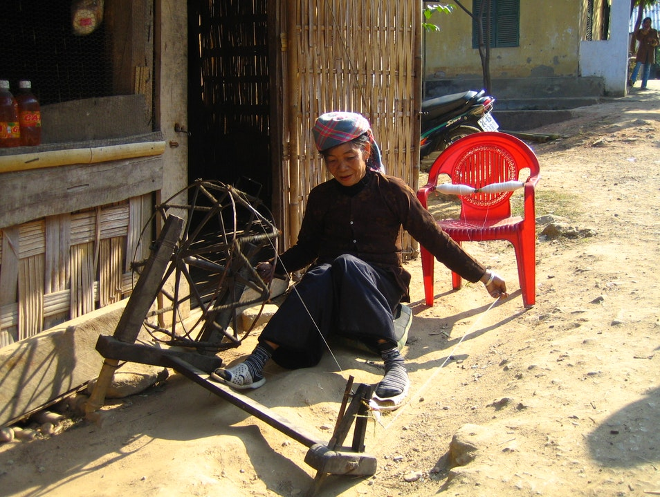 Lady Weaving on the Sapa Valley Cat Cat Village thị trấn Sa Pa  Vietnam
