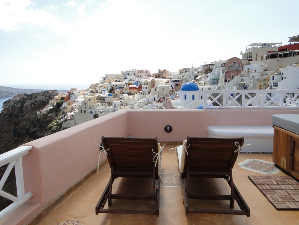 Endless Blue: A Standout Suite in Oia, Santorini
