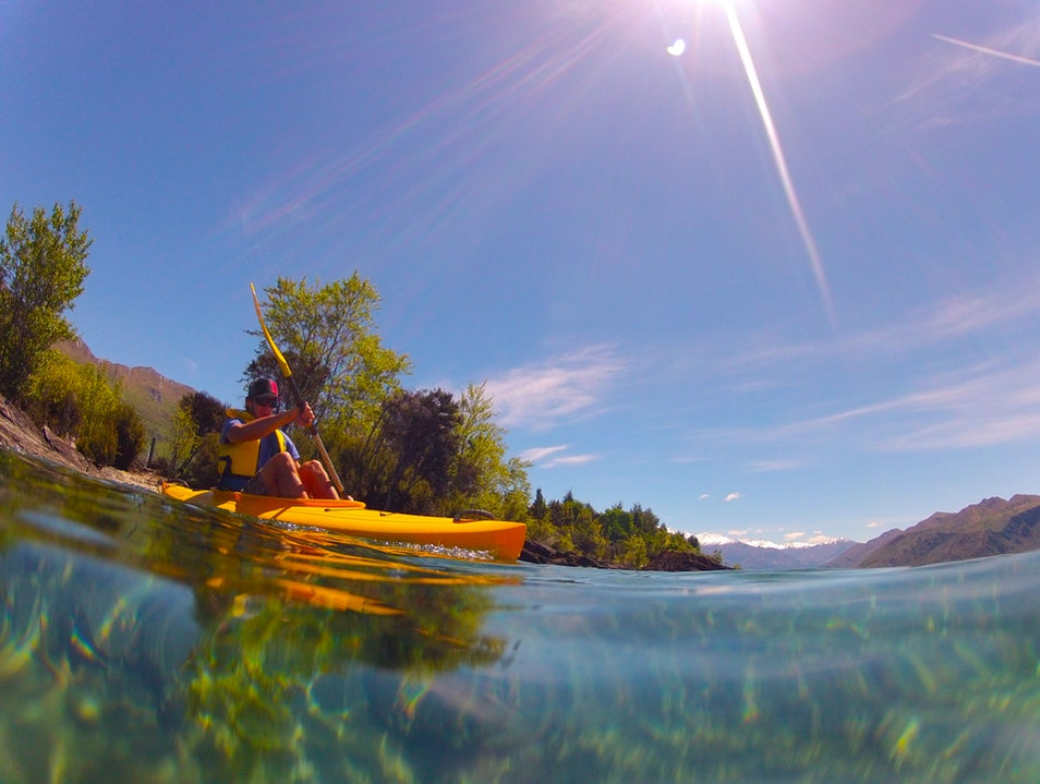 Kayaking in Lake Wanaka  Cattle Flat  New Zealand
