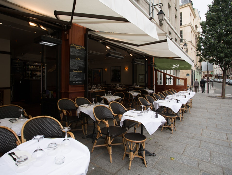 Burgundy fare in the Paris's Marais Paris  France