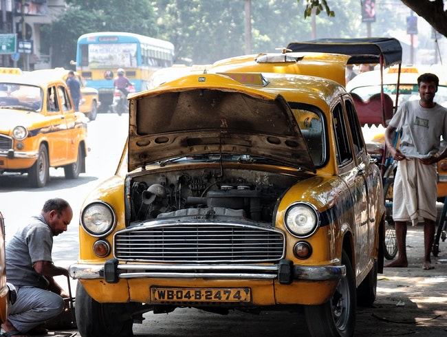 "Walking around Kolkata - On street ""car shop"""