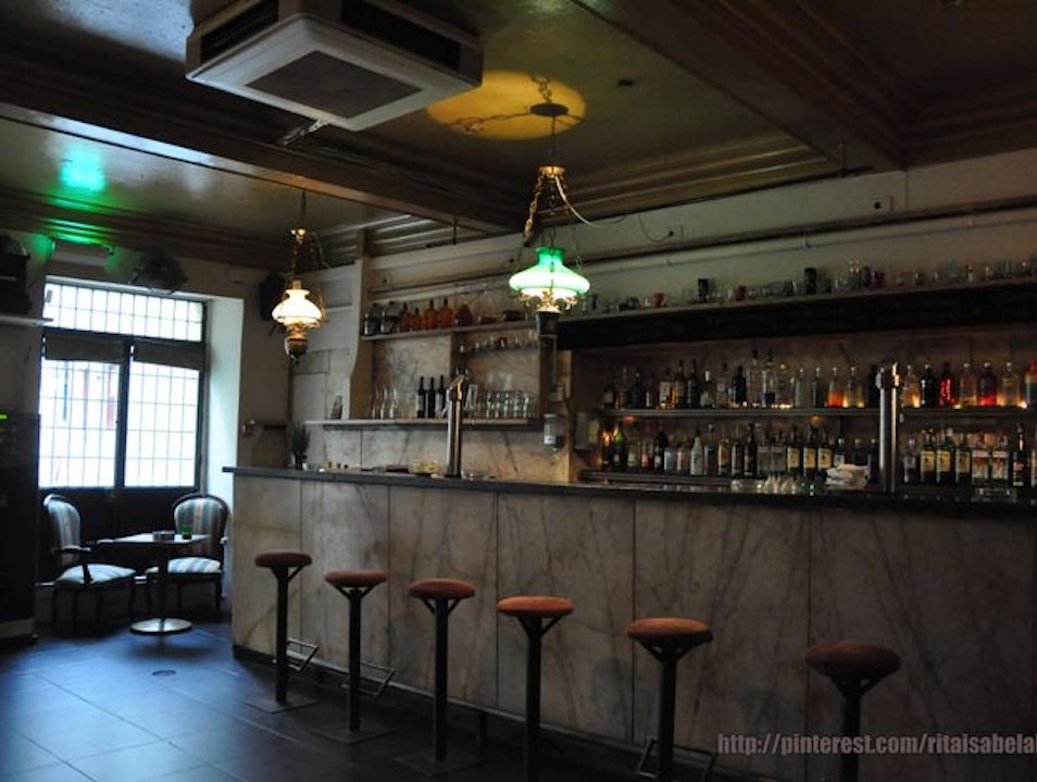 A Laid-Back and Cozy Bar