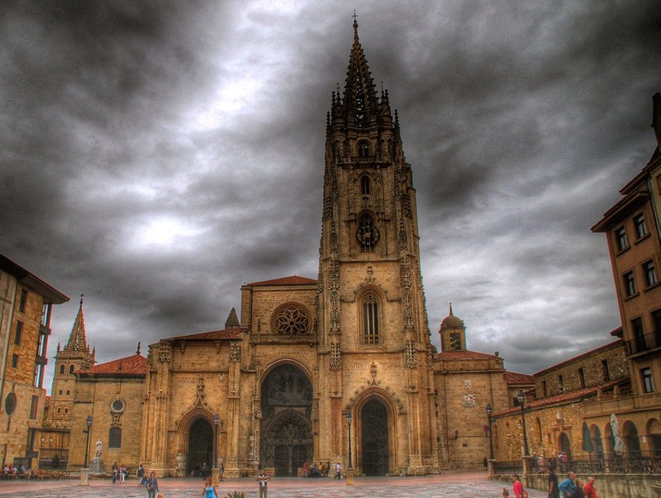 Visit an Immaculate Monument in Oviedo