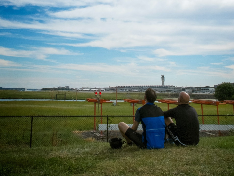 Watch Planes Take Off from Gravelly Point