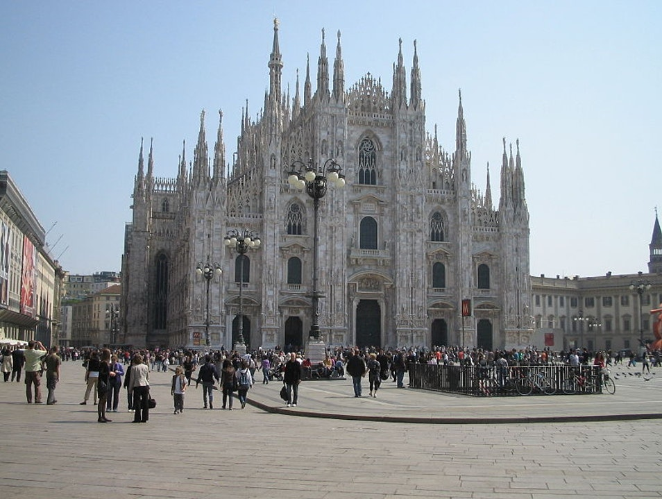 Meet in the Piazza del Duomo  Milan  Italy